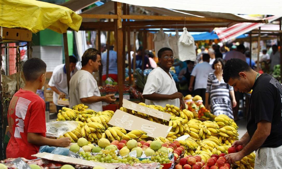 Na parte baixa da comunidade, a feira livre, próxima ao Largo do Boiadeiro, também estava cheia pela manhã Foto: Pablo Jacob