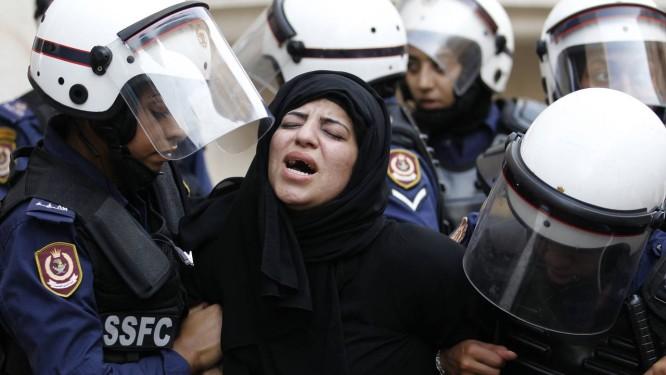 Polícia domina uma manifestante durante protesto contra o governo em Bahrein na sexta-feira Foto: Reuters