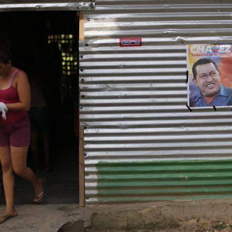 Cartaz de Hugo Chávez adorna casa em Sabaneta, cidade onde o presidente passou a infância Foto: Reuters