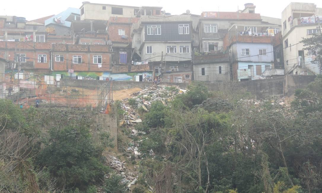 Grande quantidade de lixo é jogada do alto do morro para a mata Foto: Foto do leitor Percy Thompson/ Eu-Repórter