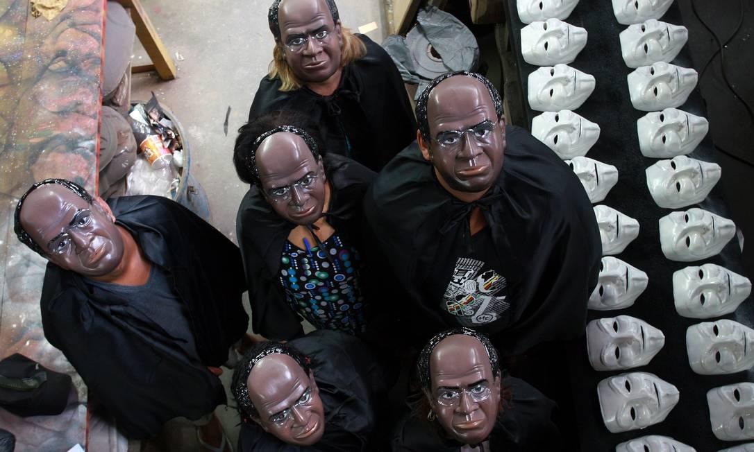 kit justiceiro. Máscaras de Barbosa e capa, numa referência à toga, são as apostas de uma fábrica em São Gonçalo para animar o carnaval carioca ano que vem Foto: Rafael Moraes