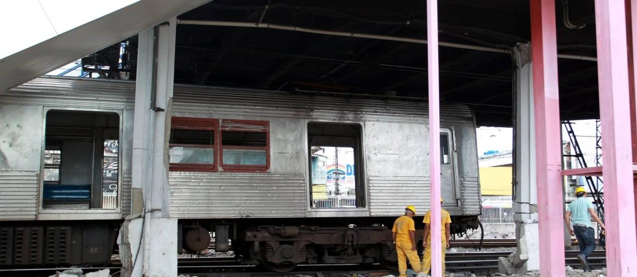 Trem da Supervia descarrila e bate na estação de Madureira, danificando várias colunas e deixando 16 feridos Foto: Gabriel de Paiva / O Globo