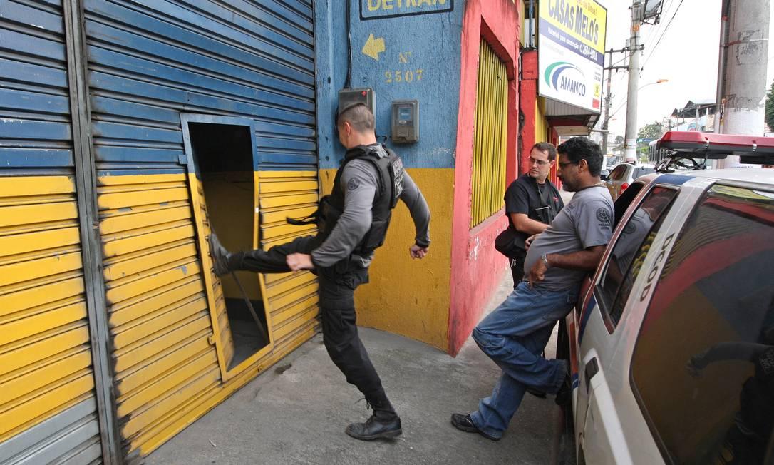 Policial entra em escritório de despachante acusado de participar de esquema de fraudes no Detran durante a operação Asfalto sujo Urbano Erbiste / Extra