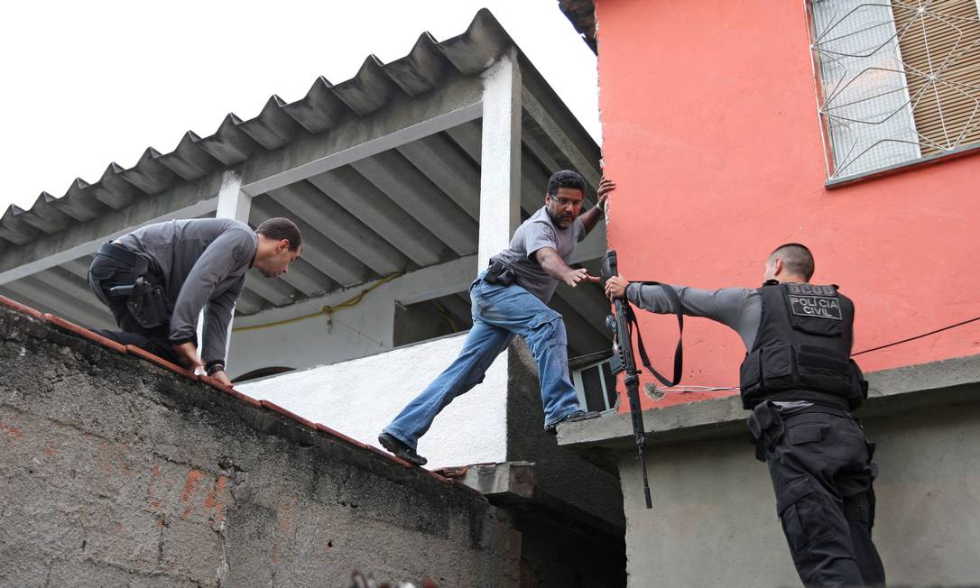 Cerca de 200 policiais civis cumpriram mandados de prisão e de busca em vários pontos do estado Urbano Erbiste / Extra