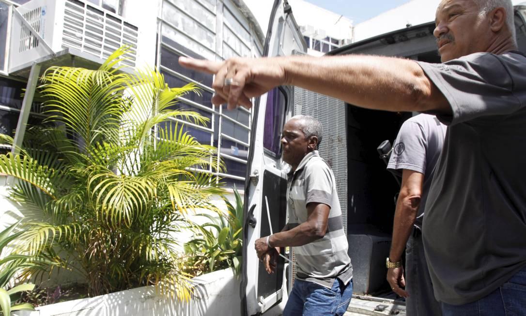 Preso na operação desembarca de van na Academia de Polícia Civil, no Centro do Rio Fabio Rossi / Agência O Globo