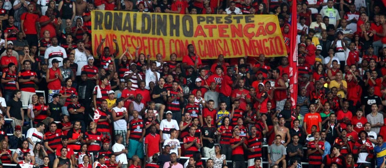 Torcida do Flamengo protestando contra Ronaldinho, nas semifinais da Taça Guanabara Foto: Ivo Gonzalez / O Globo