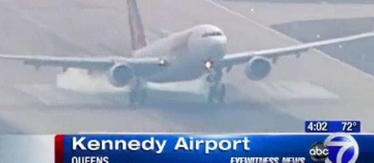 """Segundo a rede de televisão ABC, funcionários do aeroporto dizem que o trem de pouso estava """"retorcido"""" Foto: Reprodução WABC"""