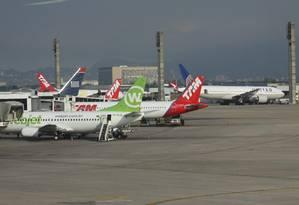 Clientes de companhias aéreas que se sentirem lesados em relação à cobrança de multas devem procurar procon Foto: Paulo Nicolella / Agência O Globo