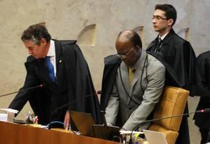 O ministro Marco Aurélio, ao lado do futuro presidente do STF, Joaquim Barbosa Foto: Ailton de Freitas / O Globo