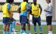 Técnico Oswaldo de Oliveira conversa com a equipe durante o treino
