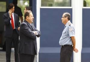 Presidente do TRE-RJ, Luiz Zveiter, com o comandante-geral da Policia Militar, Coronel Erir Costa, em Nova Iguaçu Foto: O Globo / Pablo Jacob