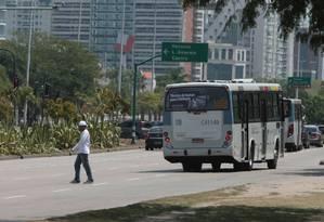 Homem atravessa fora da faixa no BRT Transoeste Foto: Hudson Pontes / O Globo