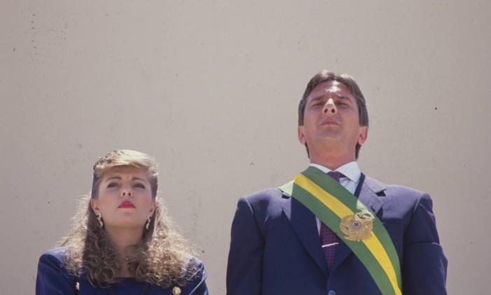 Ao lado da esposa, Rosane, Fernando Collor de Mello aparece pela primeira vez com a faixa presidencial Foto: Agência O Globo - Marcelo Carnaval - 15/3/1990