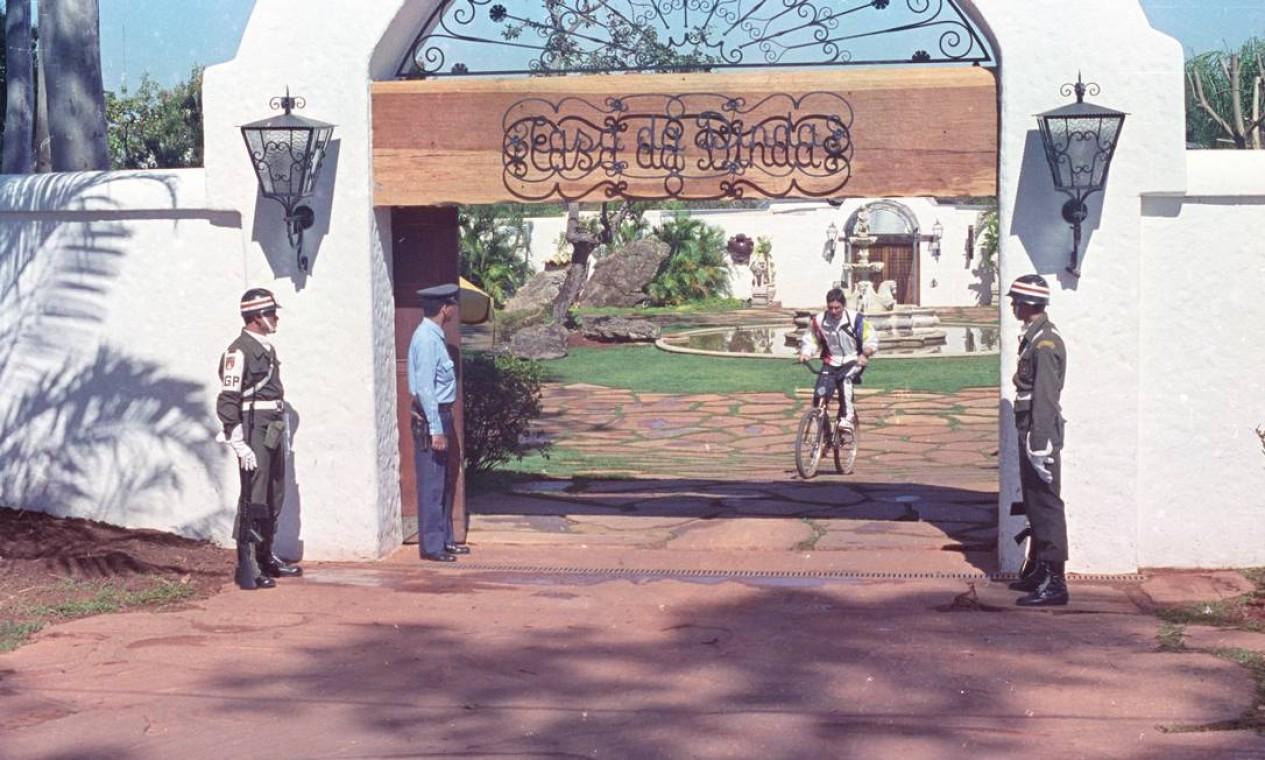 Collor sai da Casa da Dinda para passear de bicicleta. Reforma milionária da residência oficial provocou crise no governo Foto: Agência O Globo - 8/7/1990
