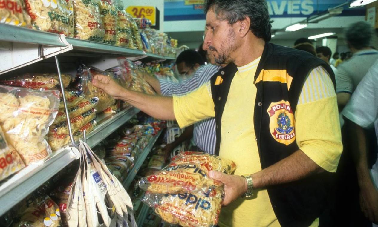 Congelamento de preços, uma das principais medidas do pacote, era fiscalizado pela Sunab e Polícia Federal, que faziam blitz nos supermercados Foto: Agência O Globo - Chiquito Chaves - 22/3/90
