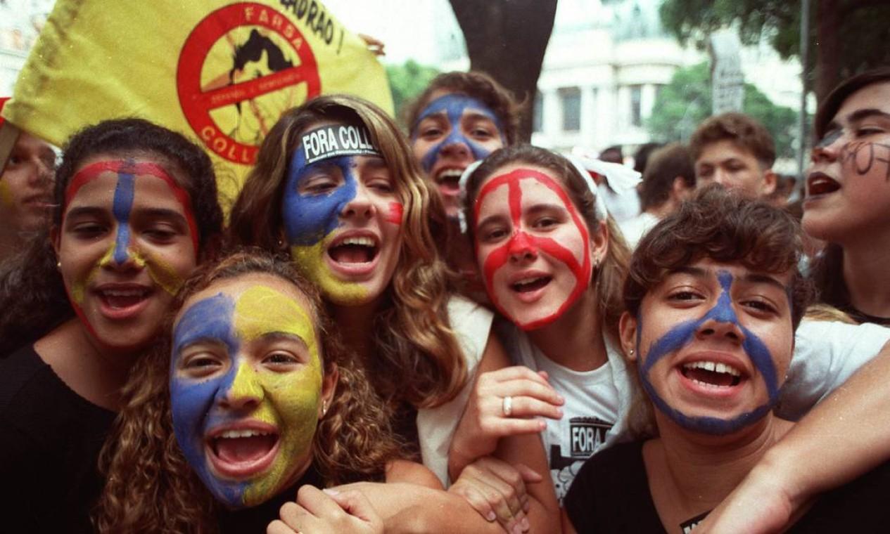 Estudantes que foram às ruas contra Collor ficaram conhecidos como 'cara-pintadas' Foto: Agência O Globo - Cezar Loureiro - 15/09/1992