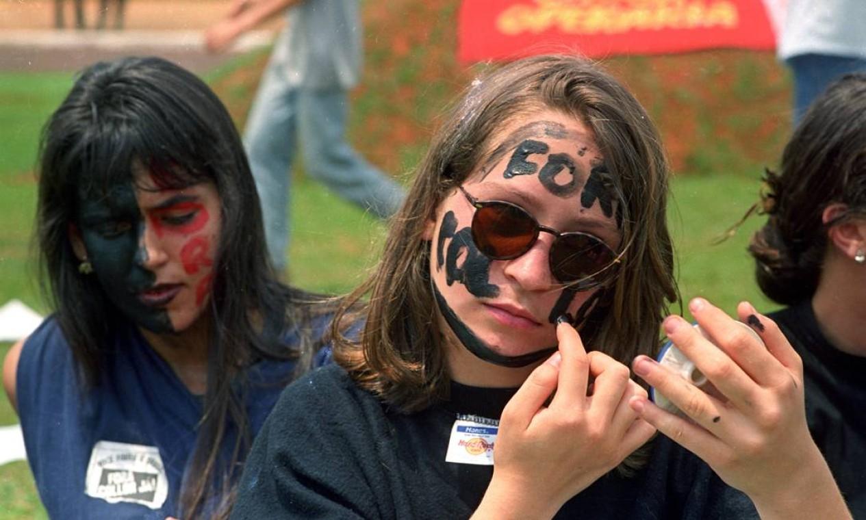 'Caras-pintadas' se preparam para mais uma manifestação no Rio de Janeiro Foto: Agência O Globo - Gustavo Miranda - 16/9/1992
