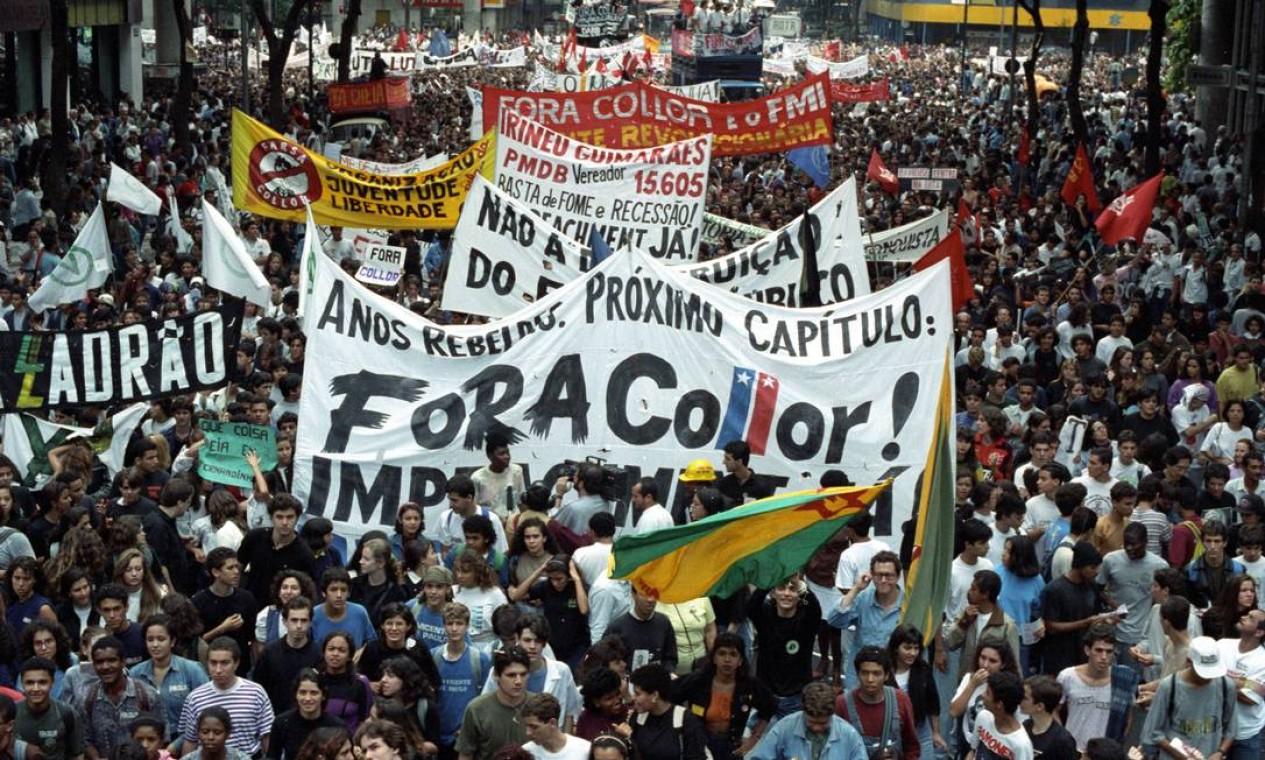 Na faixa do protesto dos estudantes, o slogan definitivo do movimento: 'Fora Collor' Foto: Agência O Globo - Fernando Maia - 21/8/1992