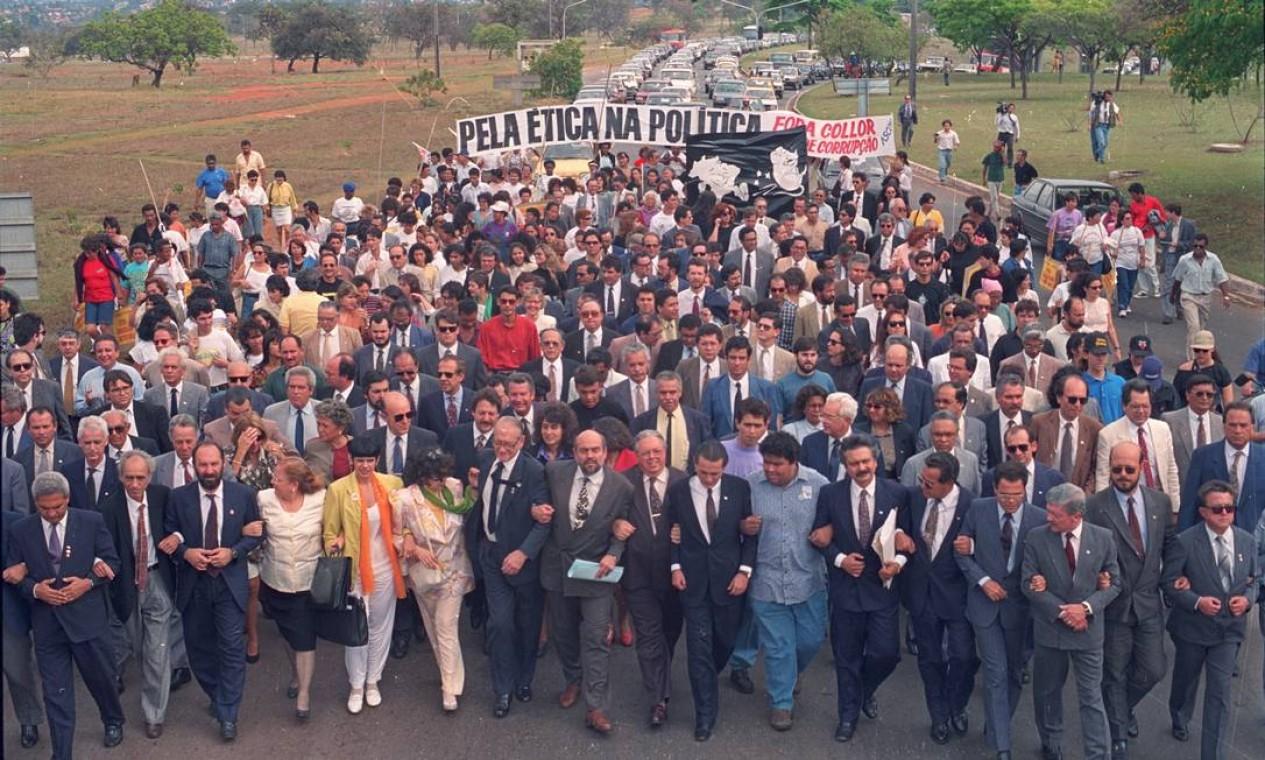 Para marcar a entrega do pedido de impeachment ao Congresso, OAB promoveu uma caminhada Foto: Agência O Globo - Gustavo Miranda - 1/9/1992