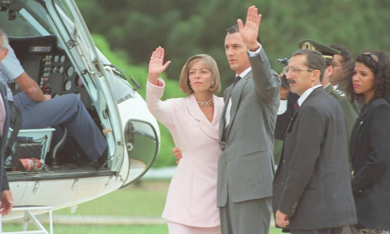 Antes de entrar no helicóptero, o adeus de Collor e Rosane Foto: Terceiro / Agência O Globo - Roberto Stuckert Filho - 2/10/1992