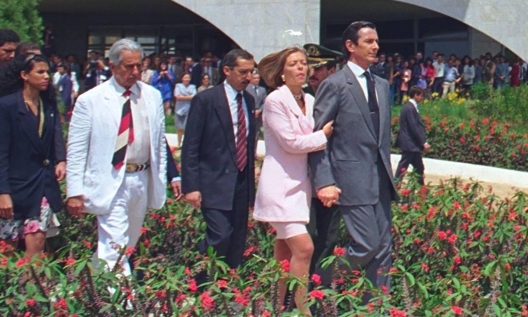 Adeus ao poder: abraçados, Collor e Rosane saem do Palácio do Planalto três dias após aprovação do impeachment Foto: Agência O Globo / Sérgio Marques/2-10-1992