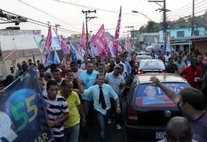Cadeia ou reeleição. Em Japeri, rua é tomada por campanha do prefeito Timor, suspeito de mandar matar rival Foto: Domingos Peixoto/18-9-2012