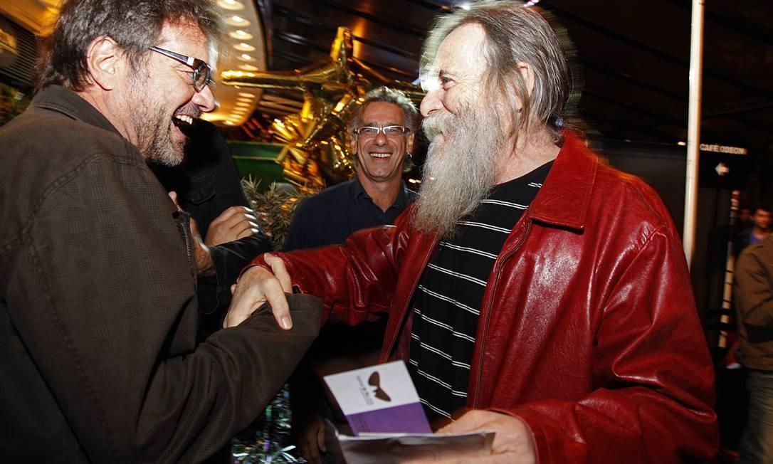"""Cineasta Flavio Tambellini cumprimenta José de Abreu, que exibia a longa barba de seu personagem Nilo, da novela """"Avenida Brasil"""", na entrada do Cine Odeon no sábado Daniela Dacorso"""