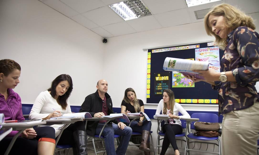 Aula de inglês no Brasas com turma formada por profissionais Foto: Mônica Imbuzeiro