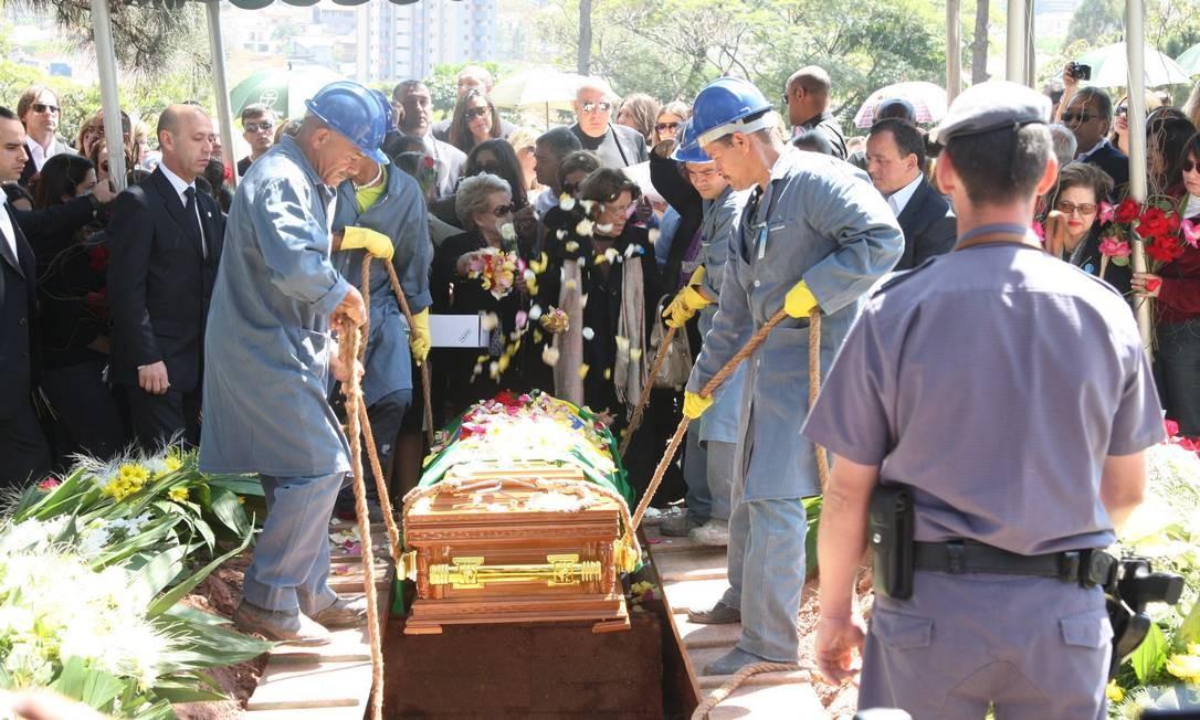 Enterro de Hebe Camargo aconteceu no cemitério Gethsemani, no Morumbi Foto: Marcos Alves / O Globo