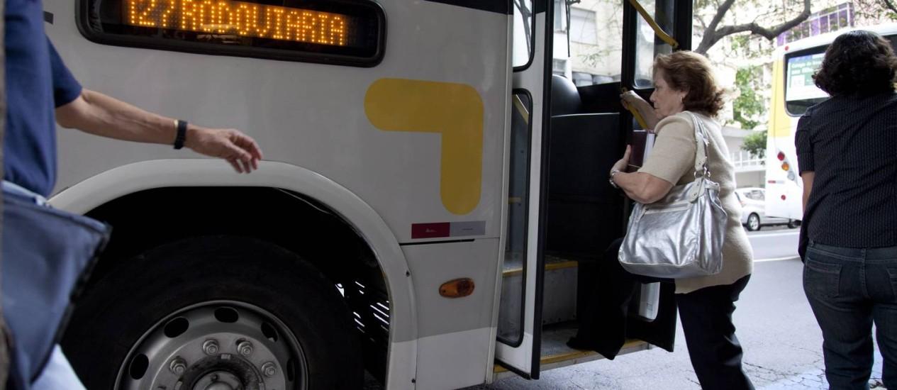 A advogada Darcy Lopes vai de ônibus para o Centro e enfrenta problemas como a altura do degrau Foto: Mônica Imbuzeiro / O Globo