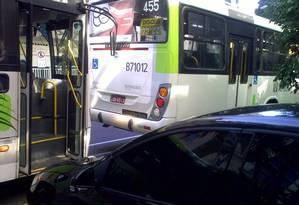 Ônibus parados irregularmente na faixa do BRS impedem saída de carros da garagem Foto: Foto do leitor Jose Carlos Filippo/ Eu-Repórter