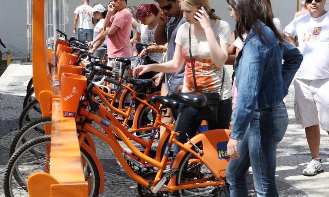 Usuários disputam bicicletas disponíveis no Posto 6, em Copacabana Foto: Angelo Antônio Duarte / Agência O Globo