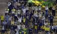 Um corajoso grupo de brasileiros foi ao estádio torcer pela equipe dirigida por Mano Menezes