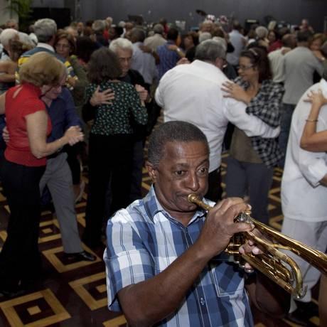 """Na pista. O """"Baile da primavera"""", realizado no Club Municipal, na Tijuca, reúne 300 convidados Foto: Simone Marinho / O Globo"""