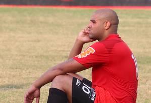 Adriano já faltou mais do que o permitido em contrato, e pode ter o compromisso com o Flamengo rescindido a qualquer momento Foto: Ivo Gonzalez - Agência O Globo