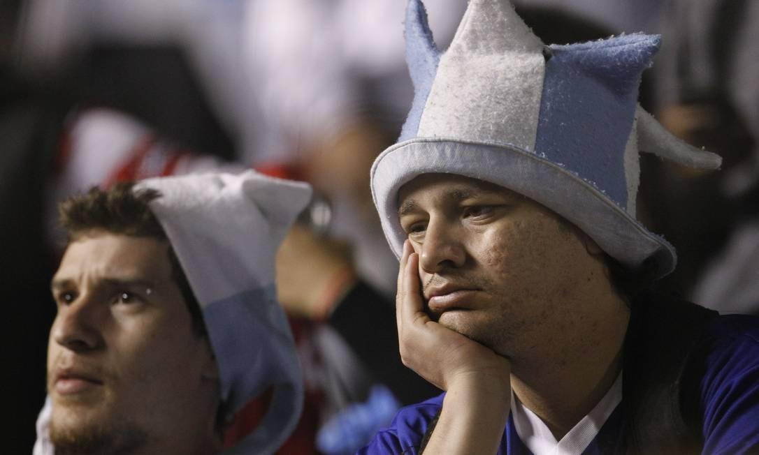 Torcedores argentinos ficaram desanimados com apagão no estádio em Resistencia Foto: AP