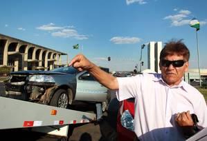 Motorista bate carro ao cruzar sinal que estava apagado, em Brasília Foto: Givaldo Barbosa / O Globo