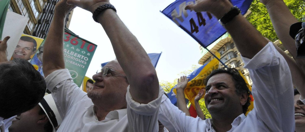 Lacerda faz caminhada com o senador Aécio Neves Foto: Divulgação