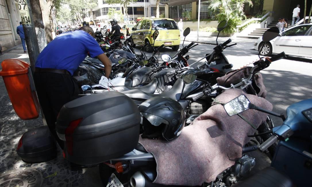 Em vagas para motos no Centro, uma delas tem cobertor para evitar arranhões Foto: Marcos Tristão / O Globo