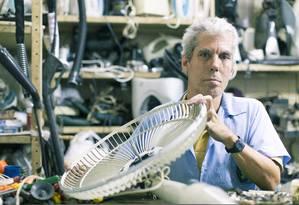 O eletrotecnico Julio Rangel, de 51 anos, tem uma loja de consertos na galeria Mercadinho Machado de Assis, no Largo do Machado, Flamengo Foto: Leo Martins / O Globo