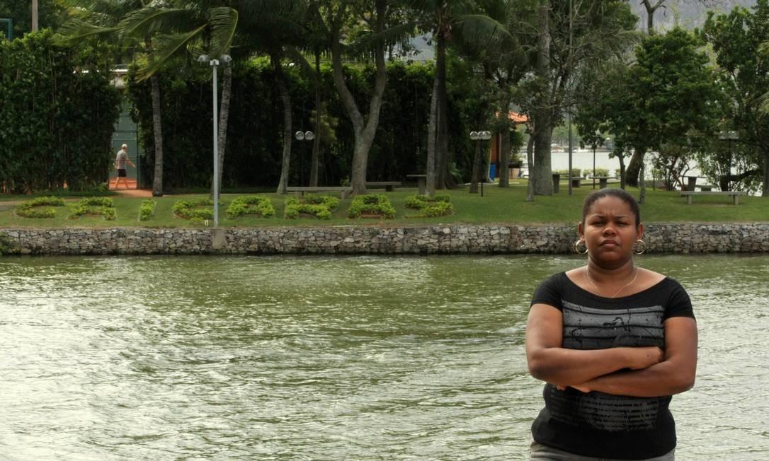 A babá Elaine Pacheco diante do clube: barrada mesmo com nome entre convidados Foto: Guilherme Leporace / O Globo