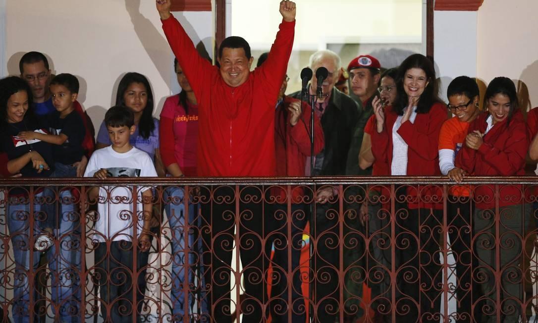 Hugo Chávez cumprimenta milhares de pessoas no balcão do Palácio Miraflores, em Caracas Foto: Reuters