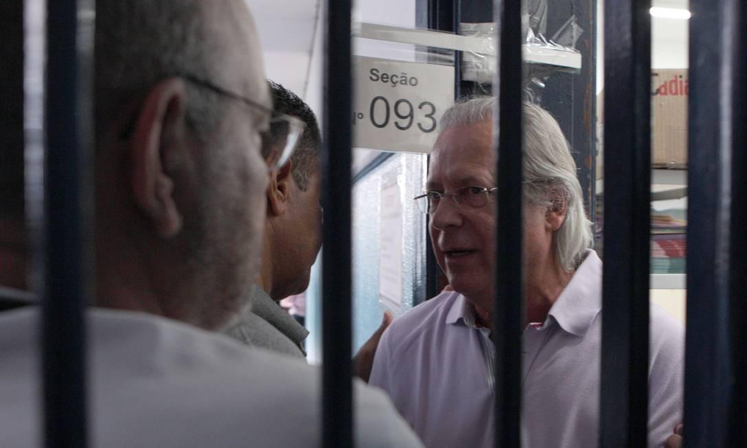 Em São Paulo, ex-ministro José Dirceu chega para votar Foto: Agência O Globo / Michel Filho