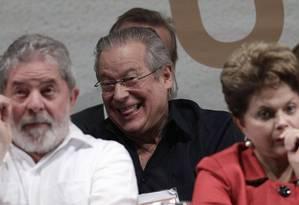 O ex-ministro José Dirceu, atrás do ex-presidente Lula, durante Congresso Nacional do PT, em 2011 Foto: Reuters