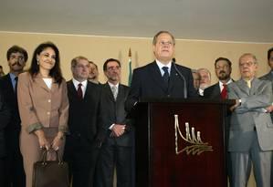 Rumo à planície . Ladeado pela ex-esposa e por ministros, anuncia a saída do governo Foto: Gustavo Mirada/16-6-2005