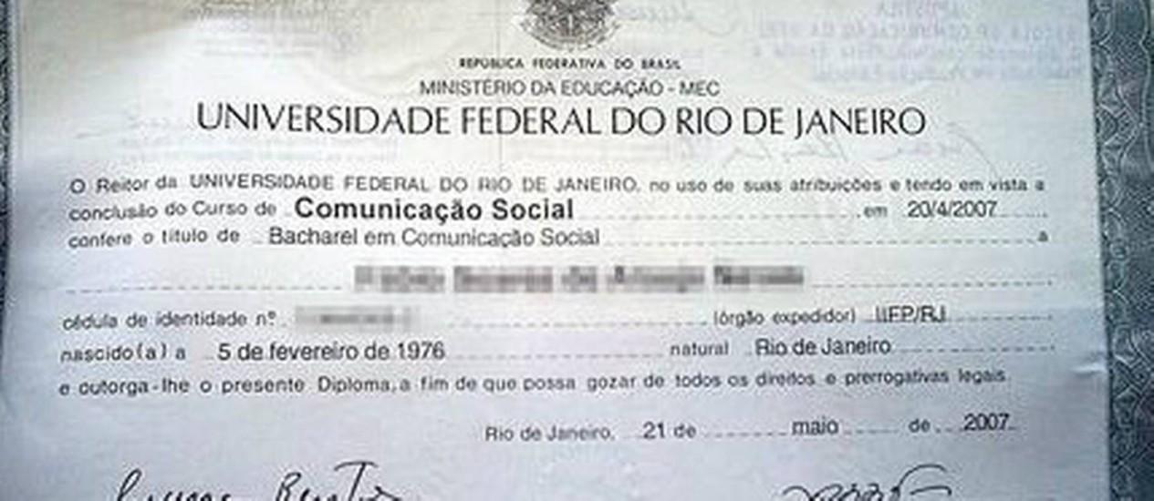 Fraude. A cópia de um diploma da UFRJ que está à venda no site Foto: Reprodução da internet