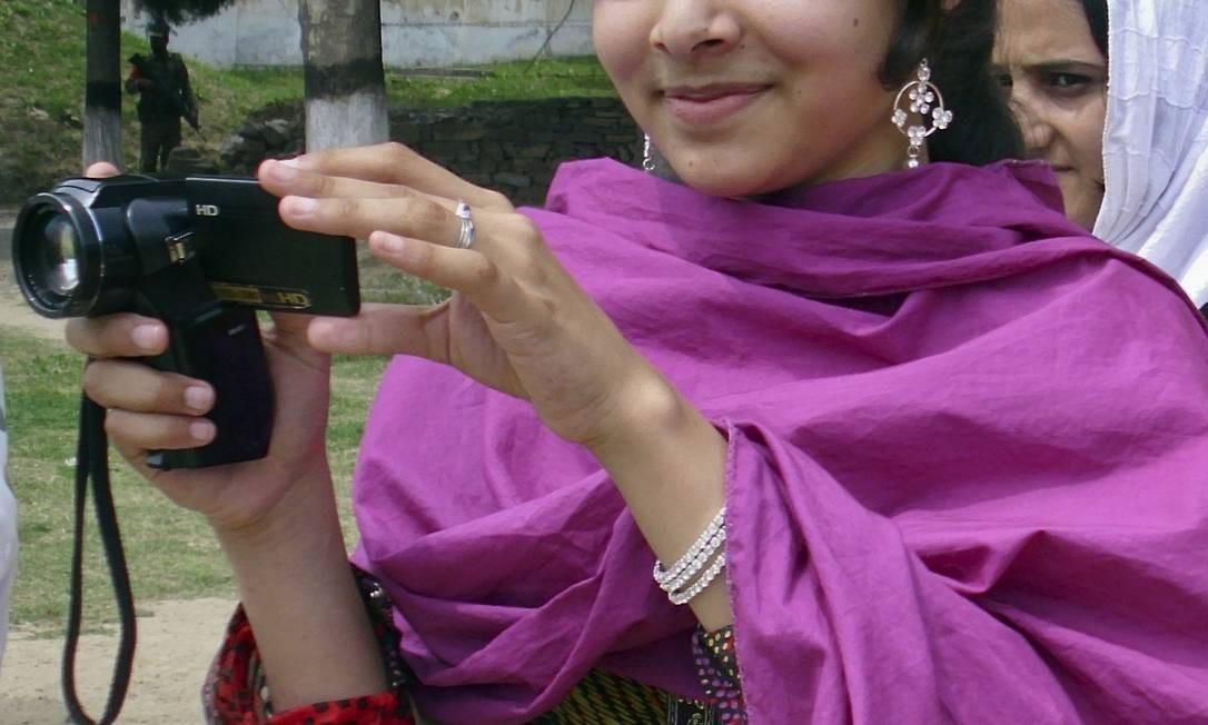 Malala Yousufzai filma amigos em sua escola no Paquistão Foto: STRINGER/PAKISTAN / REUTERS