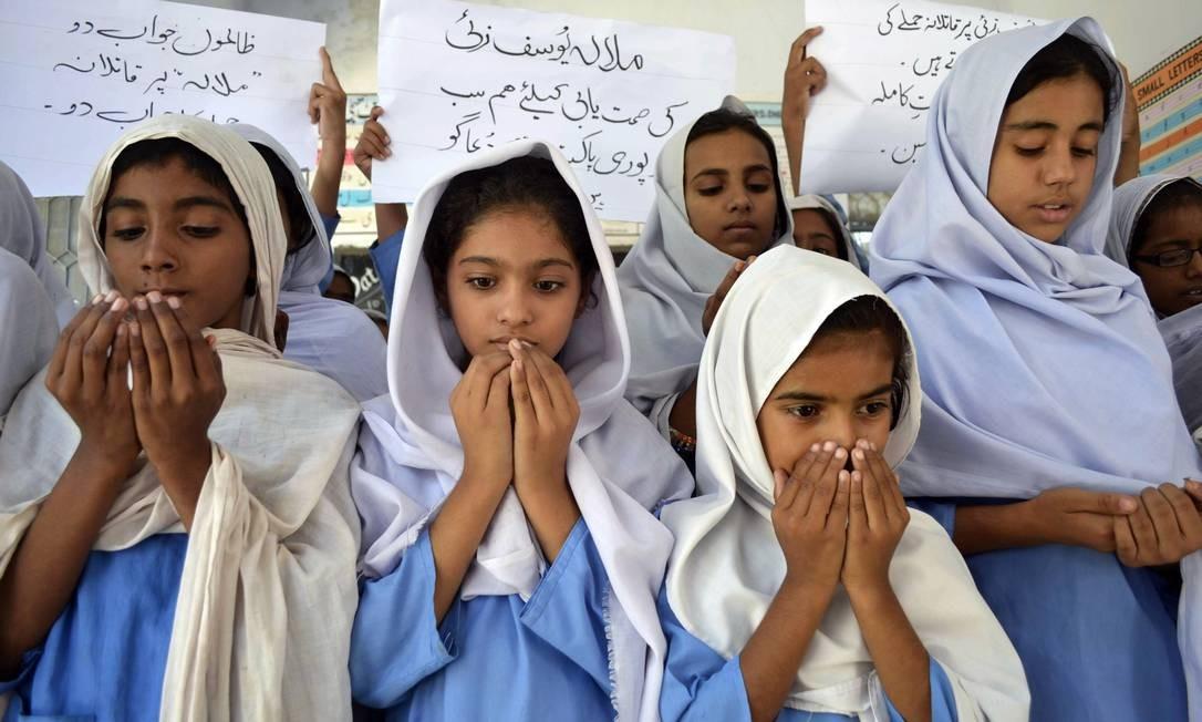 Meninas paquistanesas rezam pela recuperação de Malala Yousafzai, baleada na cabeça e no pescoço Foto: S.S MIRZA / AFP