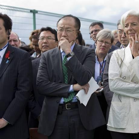 A diretora-gerente do FMI, Christine Lagarde, ao lado do preisdente do Banco Mundial, Jim Yong Kim (centro) e do ministro das Finanças do Japão, Koriki Jojima, durante visita a áreas afetadas pelo terremoto de 2011 Foto: REUTERS