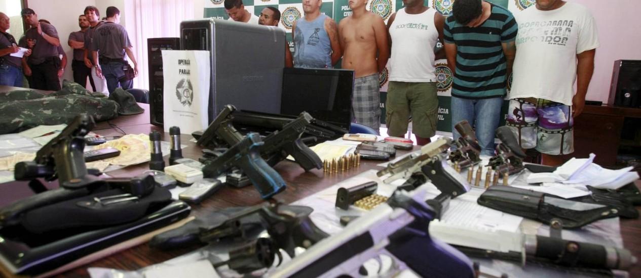 Polícia apresenta milicianos que agiam em Duque de Caxias. Com eles, foram encontrados computadores, armas, dinheiro, roupas camufladas do Exército e anotações de pagamentos Foto: Fabiano Rocha / Extra